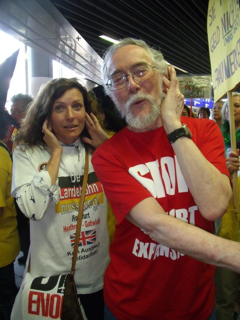 DSCF9513 John and Sally in need of earplugs