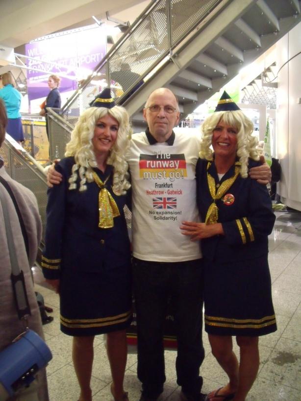 DSCF9550 John Stewart with the singing air hostesses