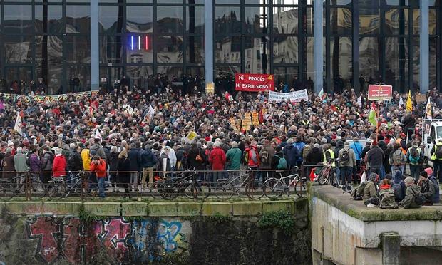 Thousand gather outside court 13.1.2016